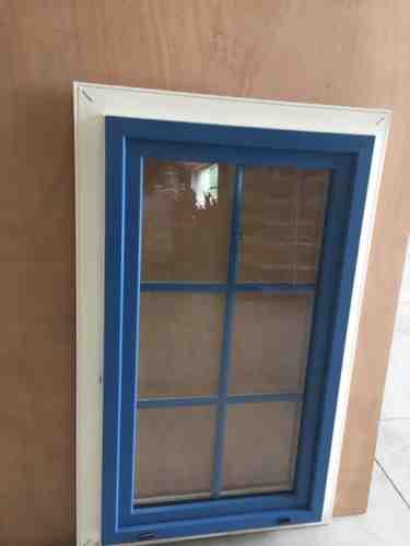 Menuiserie fenêtre bleue